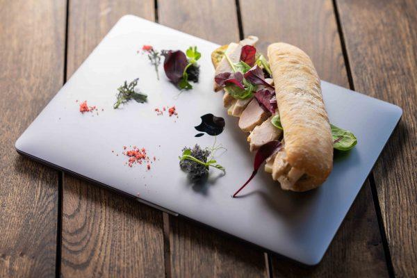Macbook pro-n tálalt szendvics.