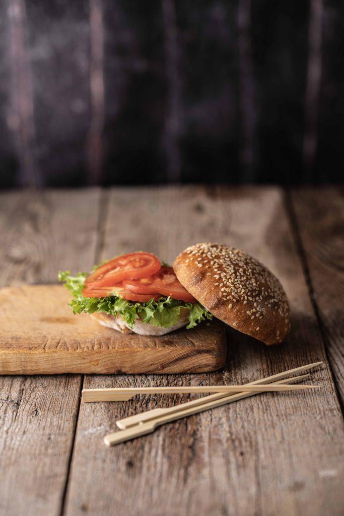 Vegán burger fotózása kovászos bucival.
